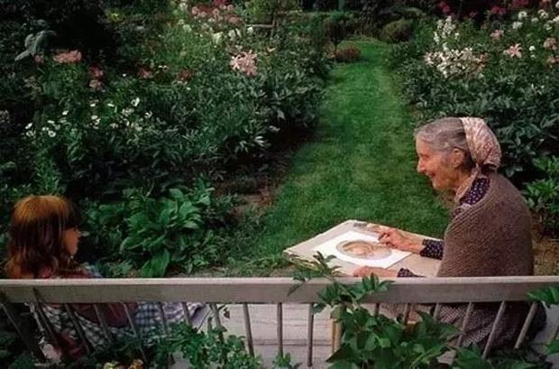Ngôi nhà cổ tích có thật của bà cụ 92 tuổi khiến ai ai cũng phải trầm trồ, ước mơ - Ảnh 22.