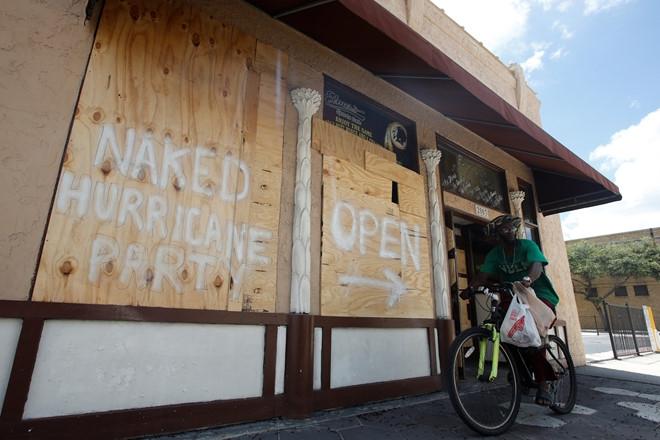 Nguoi Florida trong bao Irma: Uong ruou, choi do va truot van hinh anh 1