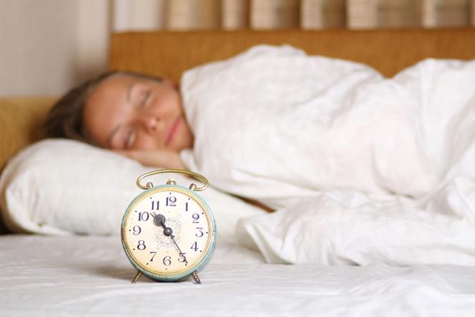 Cố gắng đi ngủ lúc 10 giờ tối, đó là khi hormone melatonin đạt mức cao nhất, và lúc thức dậy, tinh thần sẽ sảng khoái /// Shutterstock