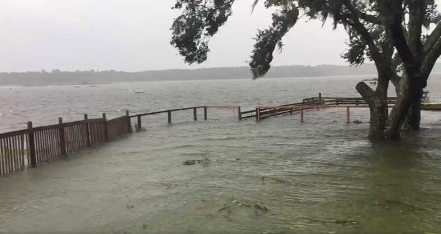 Siêu bão Irma đã gây ra mưa lớn và gió mạnh tại Atlanta vào tối 11/9. Hiện cơn bão này vẫn đang tiếp tục đổ bộ và tàn phá bang Nam Carolina của Mỹ. Dự kiến bão Irma sẽ yếu dần đi khi tâm bão di chuyển về phía tây bắc trong ngày hôm nay 12/9. Trong ảnh: Khu vực Charleston, Nam Carolina chìm trong biển nước khi bão Irma đi qua.