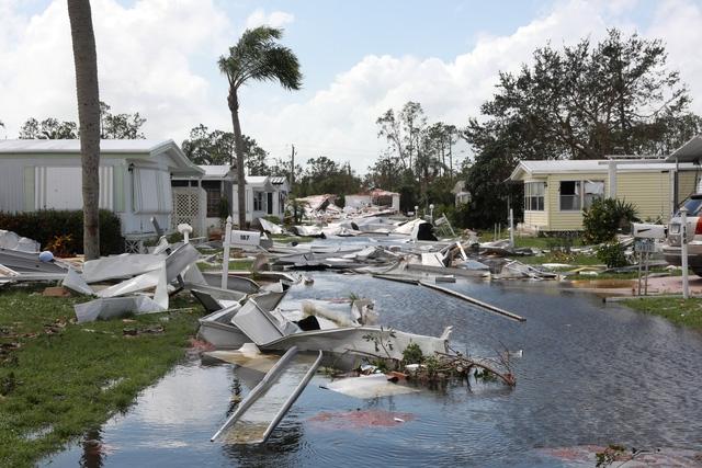 Cảnh báo bão nhiệt đới vẫn đang được duy trì tại nhiều khu vực ở phía bắc Florida, đông Alabama, Georgia và phía nam Nam Carolina. Tổng thống Donald Trump ngày 11/9 đã quyết định ban bố tình trạng khẩn cấp tại bang Alabama. Trong ảnh: Những ngôi nhà đổ nát ở Naples,Florida sau khi bão Irma quét qua.