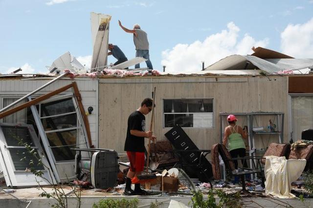 Ít nhất 7,7 triệu người đang sống trong tình trạng mất điện ở Florida, Georgia và Nam Carolina. Trước đó, 6,5 triệu người Florida đã được lệnh sơ tán khẩn cấp trước khi siêu bão Irma đổ bộ vào bang này. Trong ảnh: Người dân ở Naples, Florida trở về nhà sau siêu bão Irma.