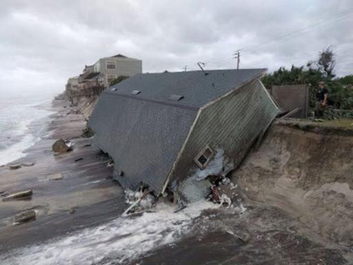 """Tổng thống Donald Trump đã gọi Irma là bão """"quái vật"""" và tuyên bố tình trạng thảm họa ở Florida. Ông cũng đề nghị các cơ quan vào cuộc hỗ trợ người dân ở khu vực bão lũ."""