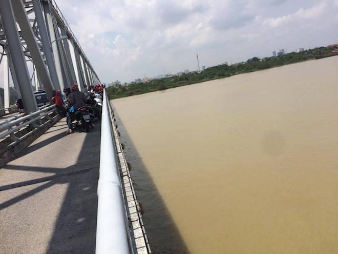 Thiếu nữ lên cầu Bến Thuỷ bỏ lại dép và xe đạp rồi nhảy sông tự tử - Ảnh 1.