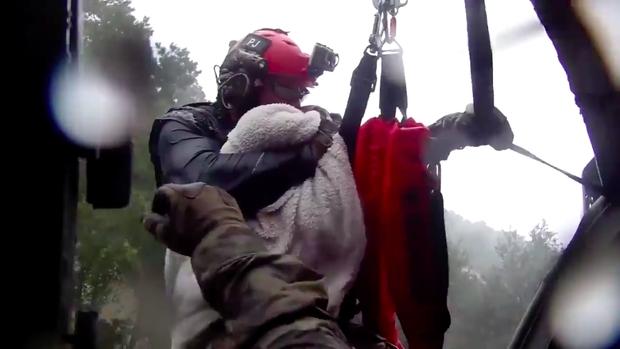 Trực thăng kéo nhân viên cứu hộ khỏi dòng lũ, thứ mà ông ôm chặt khi làm nhiệm vụ khiến nhiều người dùng mạng rơi nước mắt - Ảnh 2.