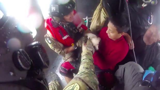 Trực thăng kéo nhân viên cứu hộ khỏi dòng lũ, thứ mà ông ôm chặt khi làm nhiệm vụ khiến nhiều người dùng mạng rơi nước mắt - Ảnh 3.