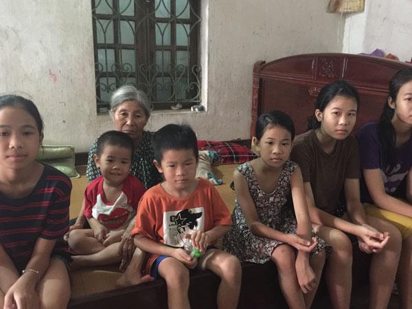 Cô gái 18 tuổi gồng gánh giấc mơ đến đường của 5 em nhỏ