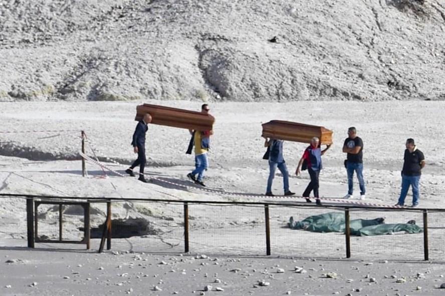 Thi thể gia đình 3 người đã được đưa ra khỏi lỗ phun khí khu vực miệng núi lửa ở Italia. Ảnh: EFE