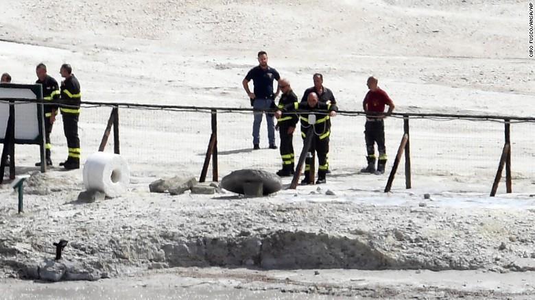 Bé trai 11 tuổi đã bất cẩn vượt qua hàng rào cấm và ngã vào lỗ sâu khoảng 3m. Ảnh: AP