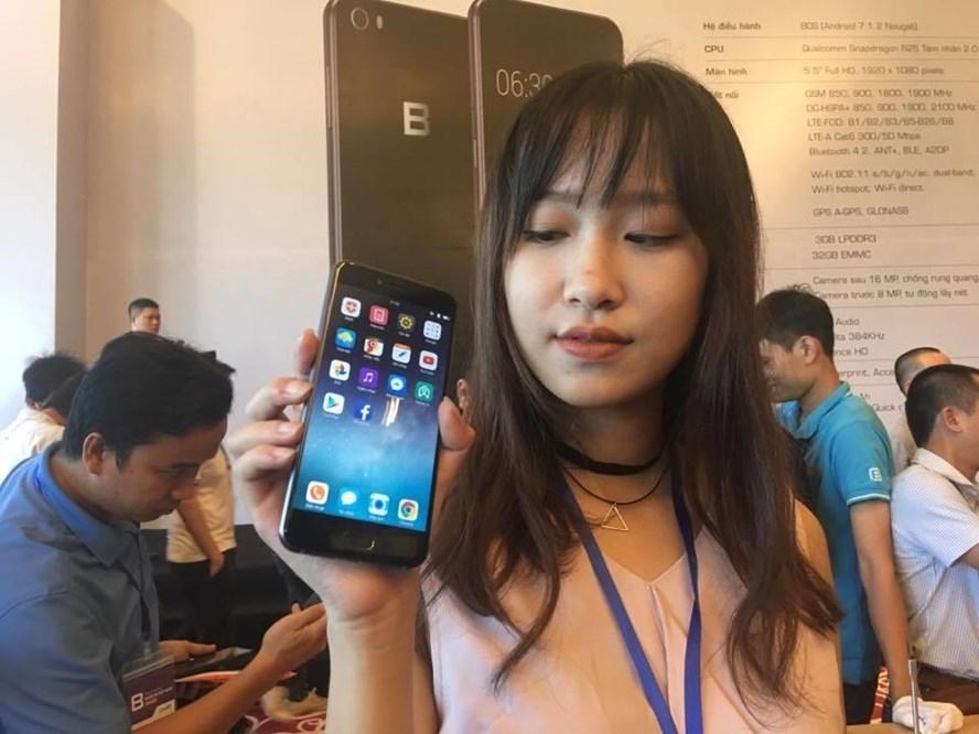 BPhone 2017 với nhiều cải tiến và được bán với mức giá khoảng 10 triệu đồng. Ảnh: HĐ