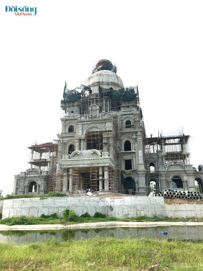 Một lâu đài đang được hoàn thiện