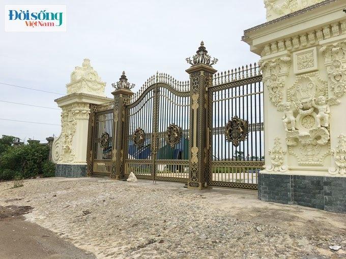 Cổng phụ của tòa lâu đài cũng được thiết kế bề thế, uy nghiêm