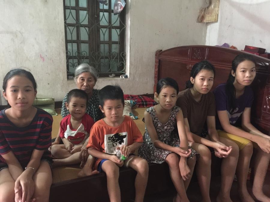 Đời sống - Cô gái 18 tuổi gồng gánh giấc mơ đến đường của 5 em nhỏ