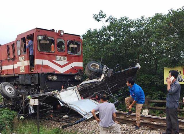 Xe tải bị nát bét sau cú tông của tàu hỏa (Ảnh: CTV).