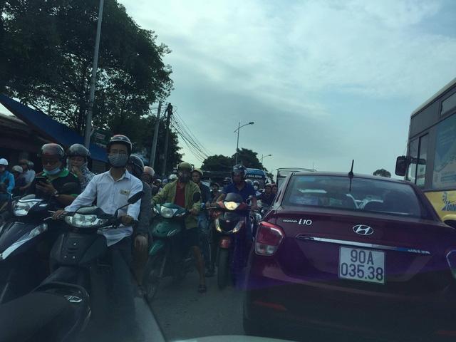 Quốc lộ 1 ùn tắc nghiêm trọng (Ảnh: Hoàng Yến)