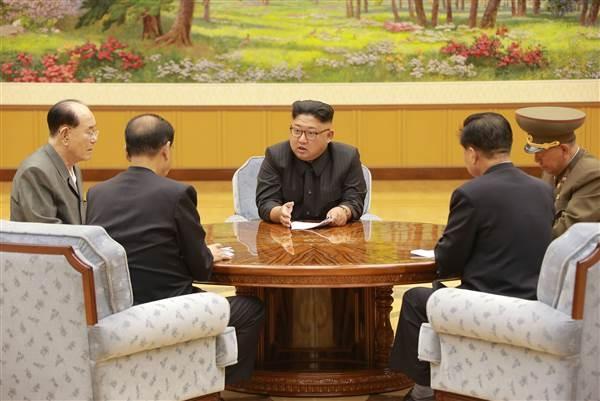Lãnh đạo Triều Tiên Kim Jong-un (giữa) (Ảnh: Reuters)