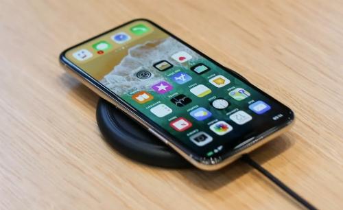iPhone mười khác biệt hoàn toàn so với các thế hệ trước nhờ màn hình tràn viền, loại bỏ cảm biến vân tay..