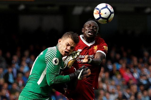 Pha bóng khiến Mane bị thẻ đỏ /// Reuters