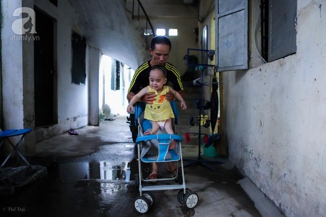 Một ngày của cô bé 4 tuổi không được đến trường, sống sót nhờ những chiếc băng vệ sinh và bao cao su - Ảnh 13.