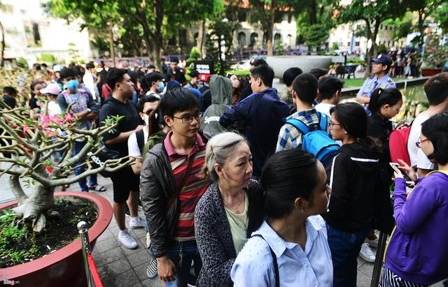Vì sao người Việt mua áo 'made in Vietnam' 300.000 đồng chê đắt nhưng đội nắng 15 tiếng mua áo H&M 700.000 đồng vẫn khen rẻ ? - Ảnh 1.