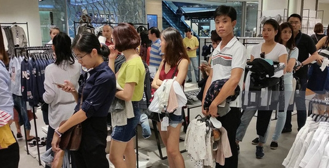 Vì sao người Việt mua áo 'made in Vietnam' 300.000 đồng chê đắt nhưng đội nắng 15 tiếng mua áo H&M 700.000 đồng vẫn khen rẻ ? - Ảnh 2.