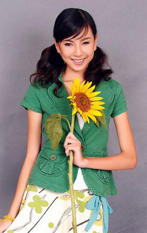 Mai Ngọc sinh năm 1990, ngay từ thời đi học, cô đã là một trong những nữ sinh nổi bật của trường Hà Nội - Amsterdam.