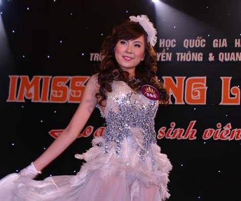 Cô từng tham dự những sân chơi như Hoa học trò Icon, cuộc thi Imiss Thăng Long (khi đang là sinh viên Học viện Báo chí và Tuyên truyền).