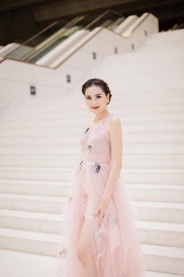 Cô cũng thành đạt với công việc tay trái là kinh doanh thời trang và được mời dự nhiều sự kiện giải trí.