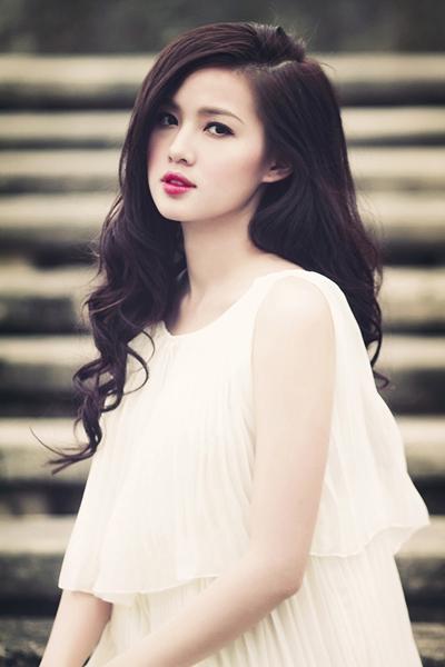 Tâm Tít sinh năm 1989, cô từng được biết đến là một người mẫu ảnh và cũng là ca sĩ, diễn viên Việt Nam.