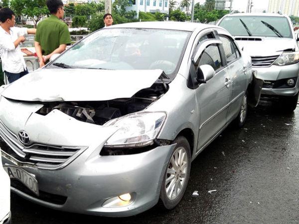 Bốn ôtô va chạm liên hoàn trên cầu ở Sài Gòn