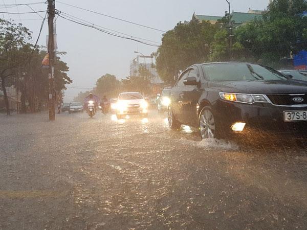 Nghệ An, Hà Tĩnh mưa lớn trước khi bão số 10 đổ bộ