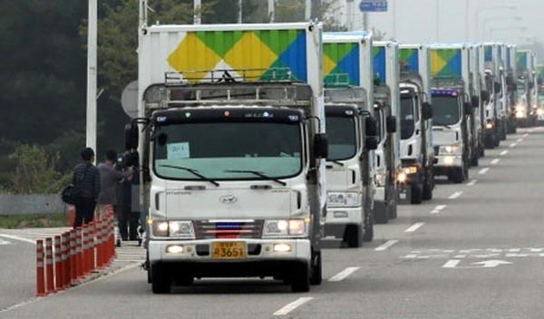 Đoàn xe chở hàng viện trợ nhân đạo tại trạm kiểm soát biên giới liên Triều ở thành phố Paju, tỉnh Gyeonggi năm 2014. (Ảnh: Yonhap)