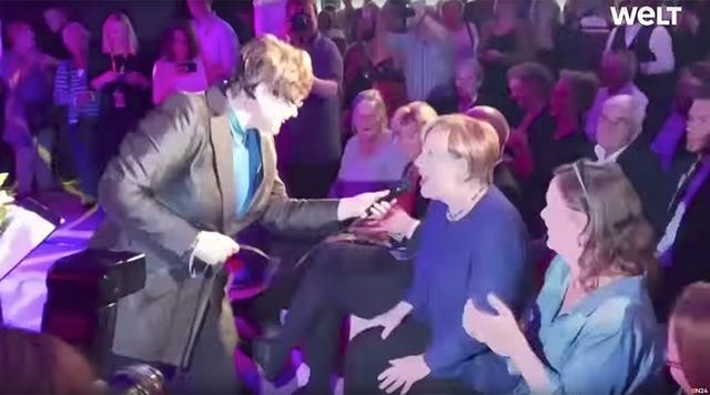 Thủ tướng Angela Merkel hát tưng bừng tại một sự kiện của đảng CDU (Ảnh: Welt)
