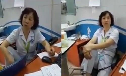 Hình ảnh bác sĩ gác chân lên nói chuyện với người nhà bệnh nhân gây nhiều ý kiến khác nhau. Ảnh cắt từ clip
