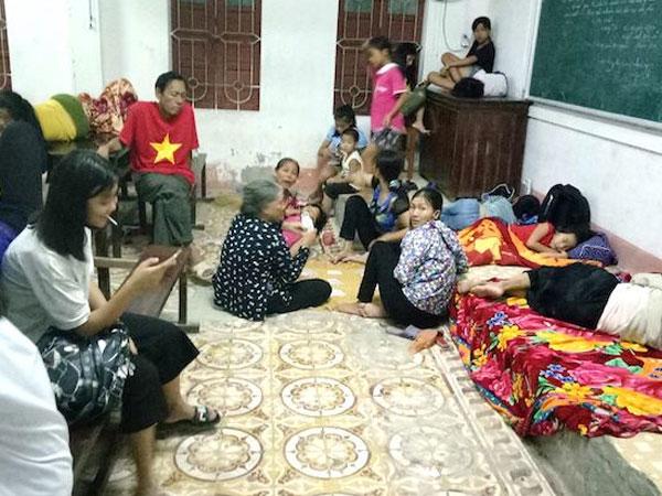 Trắng đêm ở điểm tránh bão, người dân lấy bục giảng, bàn ghế làm giường