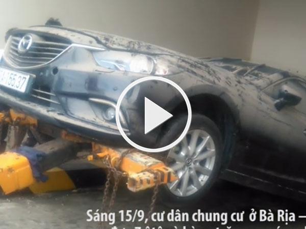 Video: Kéo 7 ôtô, hàng trăm xe máy ra khỏi hầm chung cư ngập nước