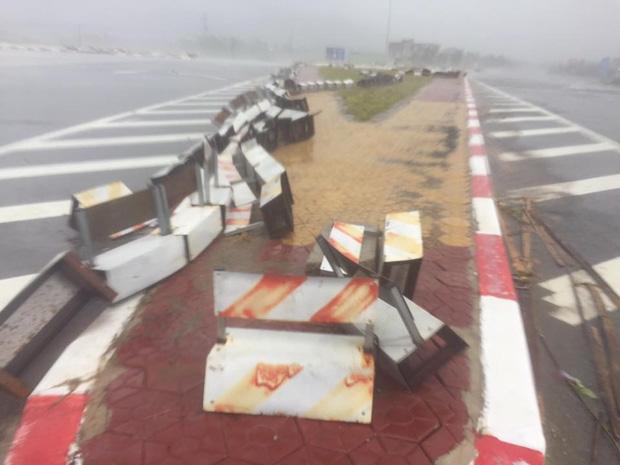 Ảnh hưởng của bão số 10: Mưa lớn kèm gió giật mạnh khiến nhiều phương tiện, biển quảng cáo bị thổi ngã - Ảnh 8.