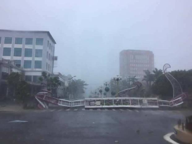 Ảnh hưởng của bão số 10: Mưa lớn kèm gió giật mạnh khiến nhiều phương tiện, biển quảng cáo bị thổi ngã - Ảnh 10.