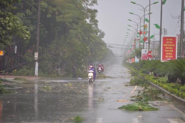 Ảnh hưởng của bão số 10: Mưa lớn kèm gió giật mạnh khiến nhiều phương tiện, biển quảng cáo bị thổi ngã - Ảnh 11.