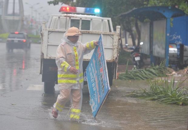 Ảnh hưởng của bão số 10: Mưa lớn kèm gió giật mạnh khiến nhiều phương tiện, biển quảng cáo bị thổi ngã - Ảnh 12.