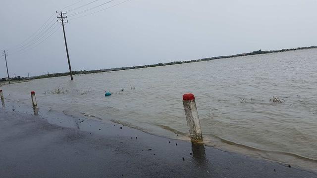 Nước tràn cả mặt đường quốc lộ 49 tại Huế (ảnh: Đại Dương).