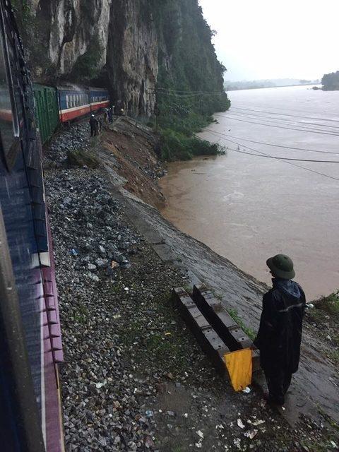Nhiều chuyến tàu Bắc - Nam đã phải dừng ở ga dọc đường vì mưa bão (ảnh minh họa)