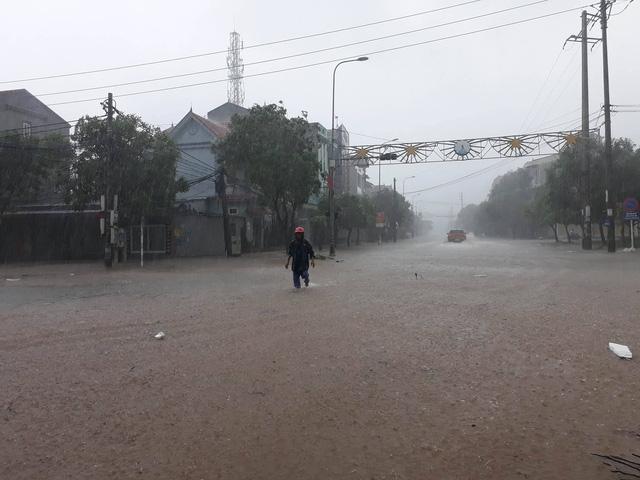 Nhiều tuyến đường bộ qua vùng bão bị nước nhấn chìm