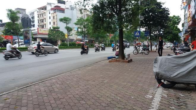Lời kể người chứng kiến vụ vợ hô cướp, chồng bị dân truy đuổi đánh gãy răng gây náo loạn ở Hà Nội - Ảnh 5.