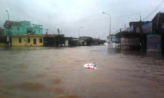 Đường vào bãi tắm Quất Lâm bị ngập (ảnh: Phùng Thành)