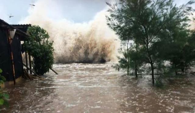 Tại thị trấn Thịnh Long, triều cường dâng cao kết hợp sóng đánh cao khiến nhiều nơi bị ngập cục bộ (ảnh: Phạm Tùng)