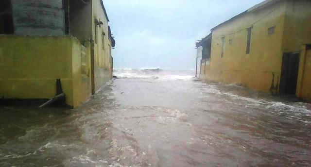 Triều cường dâng cao, kết hợp sóng lớn khiến mực nước biển tràn vào bãi biển Quất Lâm (ảnh: Phùng Thành)