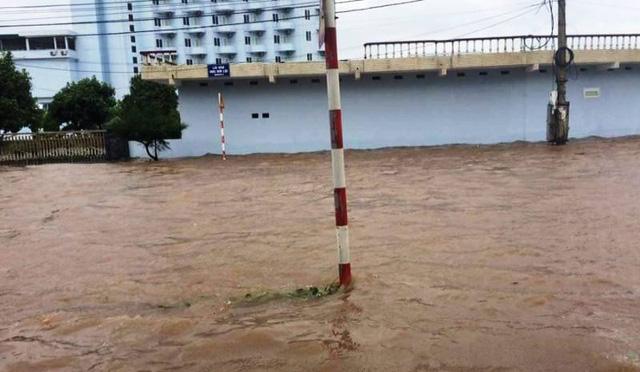 Nhiều tuyến đường ven biển bị ngập nặng (ảnh: Phạm Tùng)