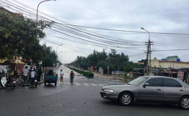 Đường đi ra bãi biển Thịnh Long bị nước tràn qua (ảnh: Phạm Tùng)