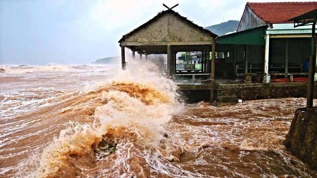 Vùng đê biển Quỳnh Lưu - Hoàng Mai đang bị sóng biển dâng cao